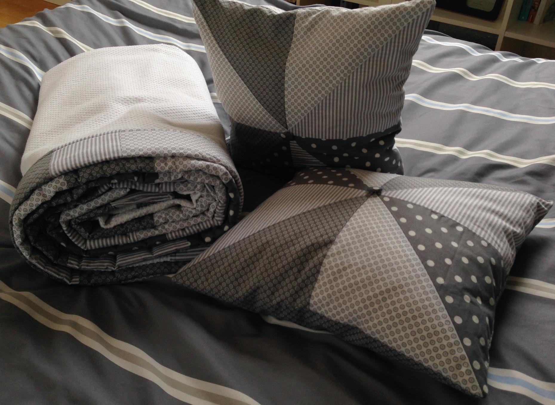 tagesdecke und kissen mein erstes p a t c h w o r k herzbluth. Black Bedroom Furniture Sets. Home Design Ideas